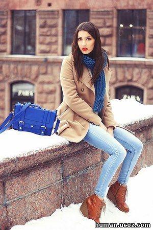 Красивая девушка одевается на работу заработать моделью онлайн в александров